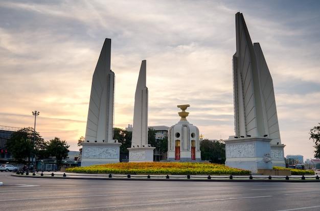 Democratiemonument van bangkok, thailandschot bij schemer
