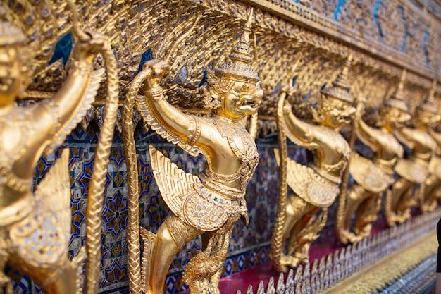 Demon gouden voogd in wat phra kaew, boeddha in bangkok, thailand