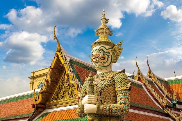 Demon guardian in de tempel van de smaragden boeddha