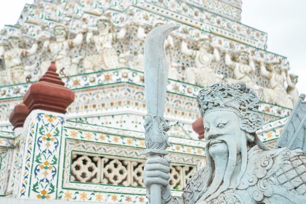 Demon guardian-standbeelden bij tempel wat arun in bangkok, thailand
