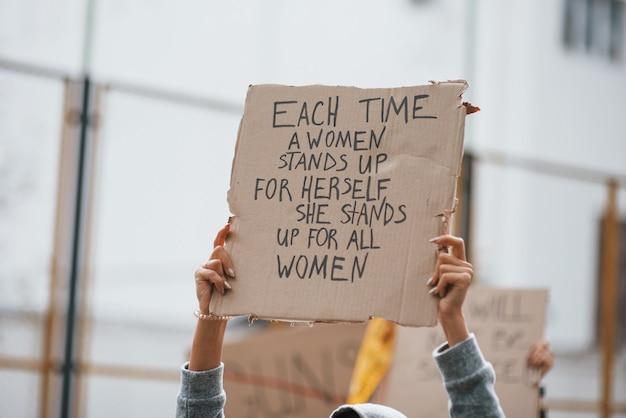 Demonstratie is in actie. een groep feministische vrouwen protesteert buitenshuis voor hun rechten