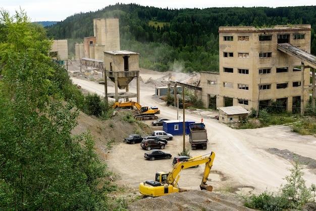 Demontage en verwerking van oude constructies van cementfabrieken op steenslag