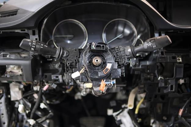 Demontage van de auto. automatische elektricien