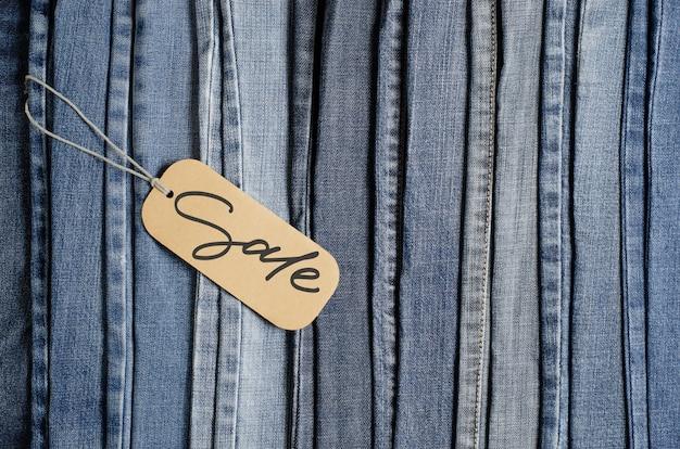 Denim. blauwe spijkerbroek . verkoop, handgeschreven inscriptie op een papieren etiket.