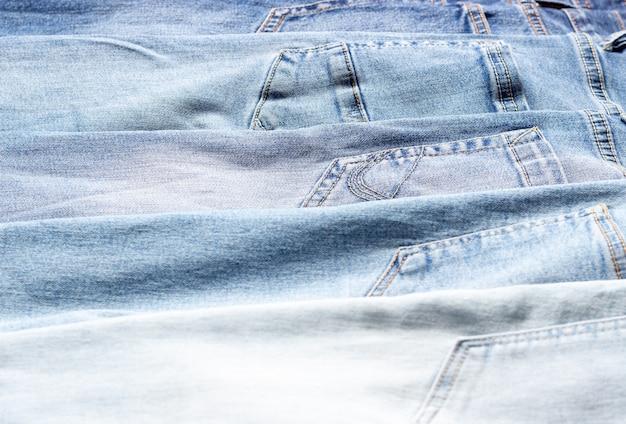 Denim textuur. textuur van gescheurde lichtblauwe spijkerbroek.