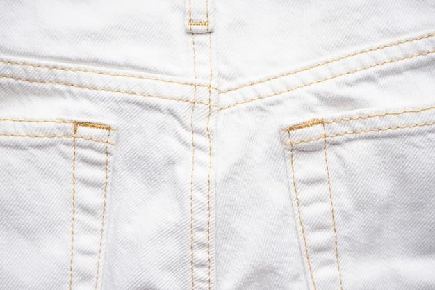Denim textuur van witte jeans, klassieke jeans. witte jeans achterzak.