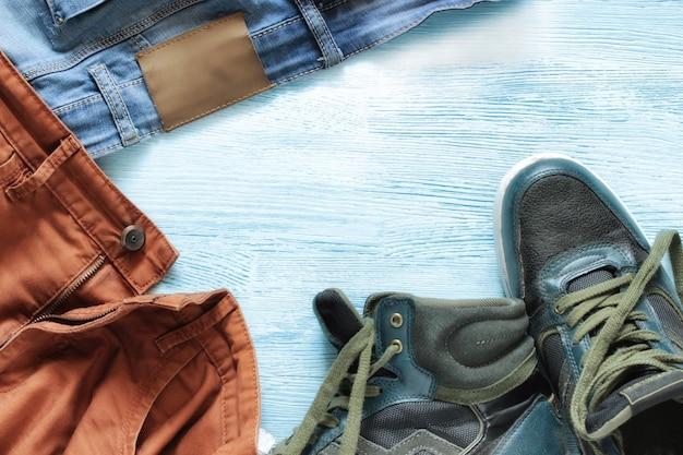 Denimjeans met schoenen