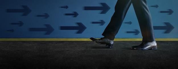 Denk anders concept. zakenman walking by the wall in omgekeerde richting van andere richtingen