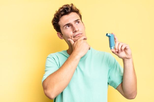 Denken, twijfelachtig en verward voelen, met verschillende opties, je afvragen welke beslissing je moet nemen. astma concept