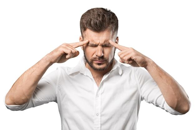 Denkende man die zich aandachtig concentreert - geïsoleerd beeld op witte achtergrond
