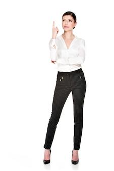 Denkende vrouw met goed idee teken in wit overhemd -. volledig portret