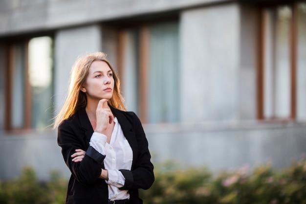 Denkende vrouw wegkijken