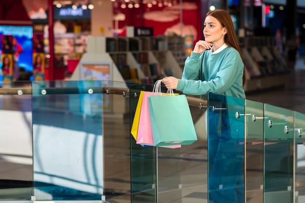Denkende vrouwenholding het winkelen zakken