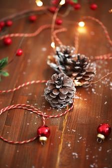 Denneappels en ornamenten