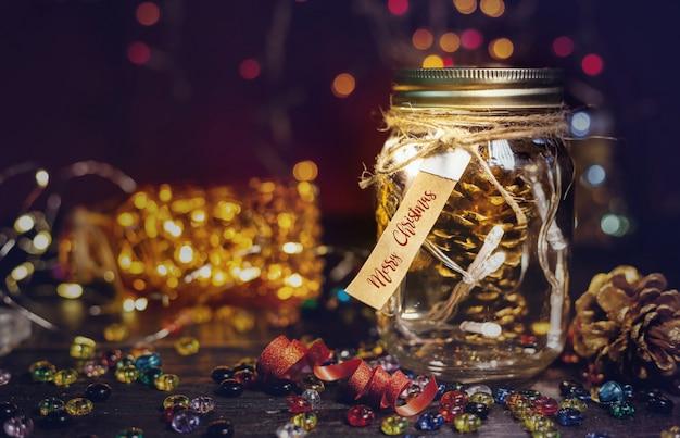 Denneappels in een glaskruik, de achtergrond van de kerstmisdecoratie.