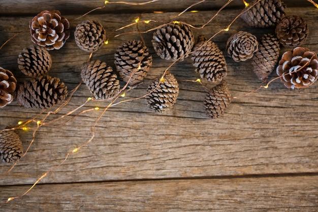 Dennenappels op een houten tafel