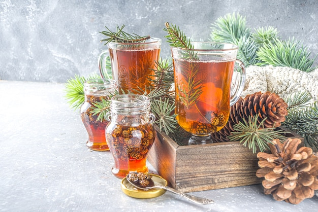 Dennenappelthee, aromatische biologische warme wintertheedrank met dennentak en dennenappeljam, zoete en gezonde winterdrank