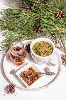 Dennennaaldthee, sollip-cha, traditionele koreaanse drank. dennenappeljam, alternatieve geneeskunde, gezonde levensstijl. witte stopverf achtergrond, close-up