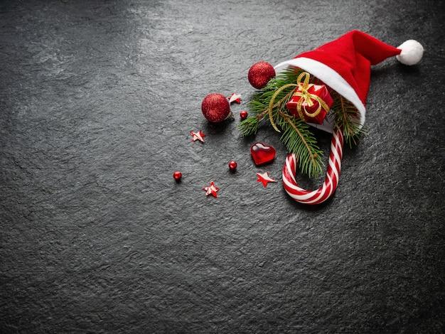 Dennentak, aanwezig, kerstversiering, karamelriet, cadeau, in de hoed van de kerstman