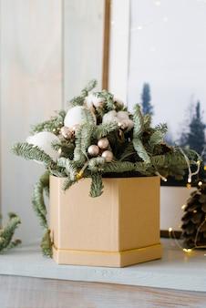 Dennentakken en kerstballen in een doos. kerst fir samenstelling