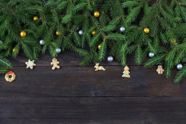 Dennentakken en kerstdecor in de vorm van peperkoek