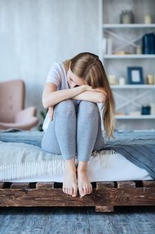 Depressie. depressieve jonge vrouwenzitting die haar hoofd naar beneden houdt