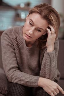 Depressief en jaloers. vrouw voelt zich depressief en jaloers terwijl ze op haar werk wacht