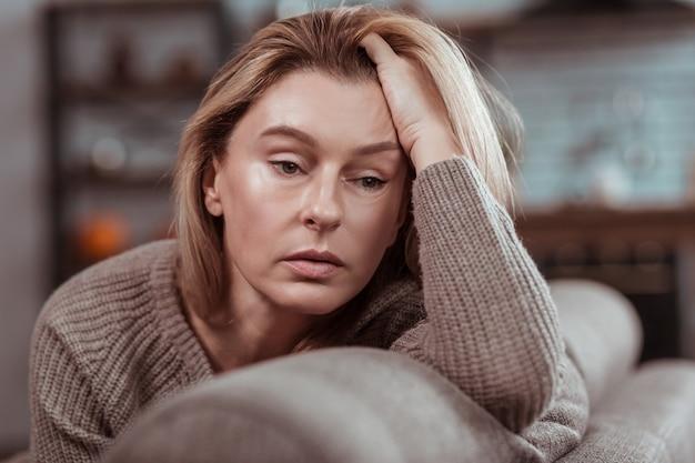 Depressief na scheiding. aangename aantrekkelijke blonde vrouw die zich depressief voelt na scheiding