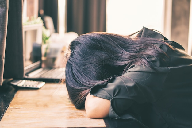 Depressieve aziatische vrouw zit eenzaam in de kamer
