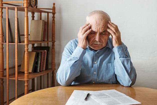 Depressieve bezorgde man die naar een formulier kijkt