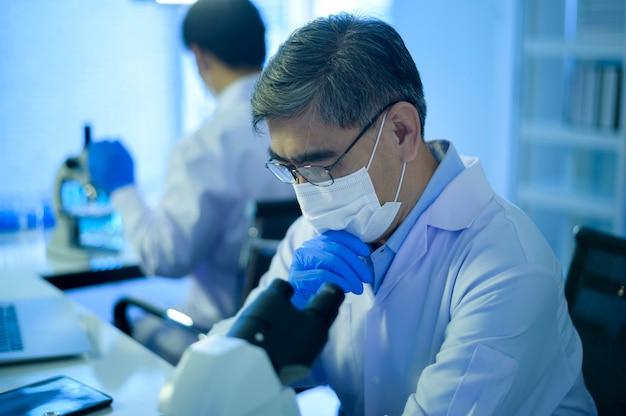 Depressieve en stressvolle wetenschapper in laboratorium, wetenschap en technologiegezondheidszorgconcept