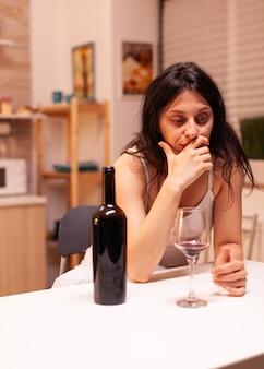 Depressieve gescheiden vrouw die teleurgesteld is in mannen in haar leven met problematisch alcoholmisbruik. ongelukkige persoon ziekte en angst gevoel uitgeput met alcoholisme problemen.