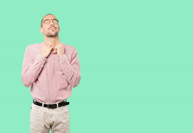Depressieve jonge man doet een gebaar van stress