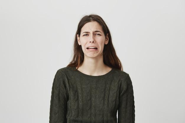 Depressieve jonge vrouw huilen en snikken, verdrietig voelen