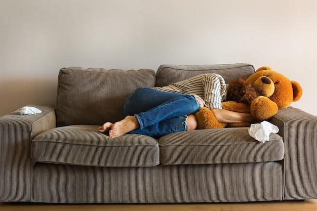 Depressieve jonge vrouw huilend op de bank stress angst eenzaamheid