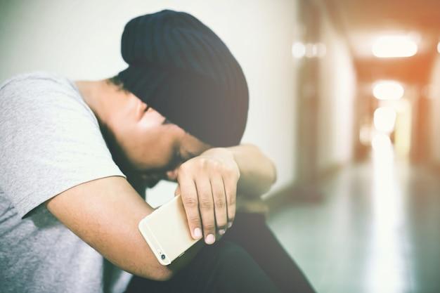 Depressieve man gebogen hoofd in handen gaan met vloer. dramatisch concept