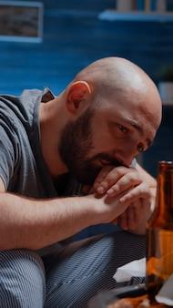 Depressieve man huilen, eenzaamheid voelen chronische vermoeidheid
