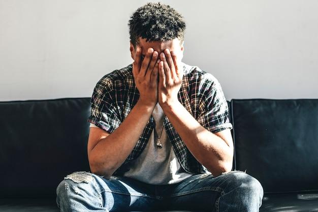 Depressieve man zit alleen op een bank