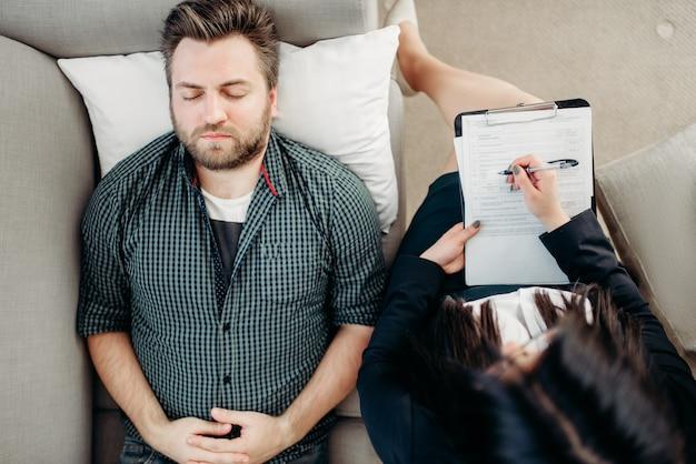 Depressieve mannelijke patiënt, receptie psychotherapeut