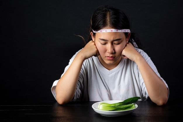 Depressieve vrouw hongerig van een dieet