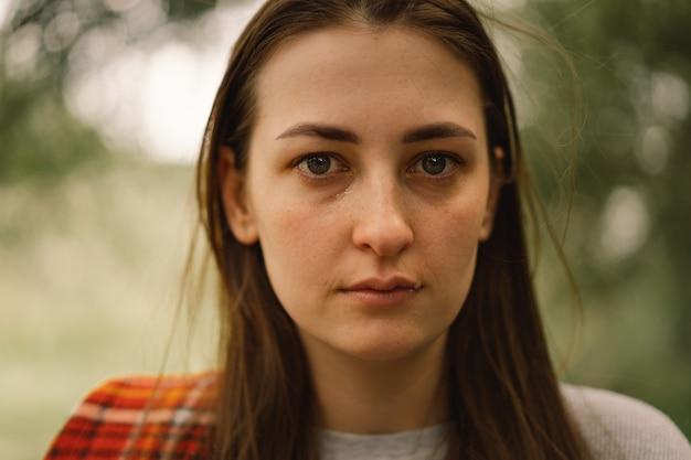 Depressieve vrouw in de buitenlucht huilt het meisje vrouw zonder make-up negatieve menselijke emoties