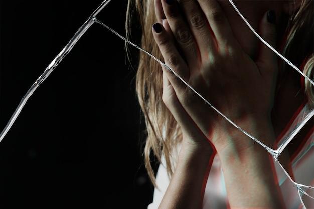 Depressieve vrouw met gebarsten glaseffect