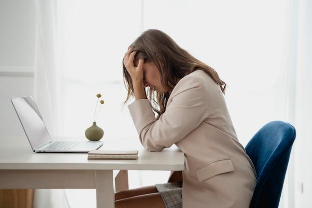 Depressieve zakenvrouw overweldigend met haar werk