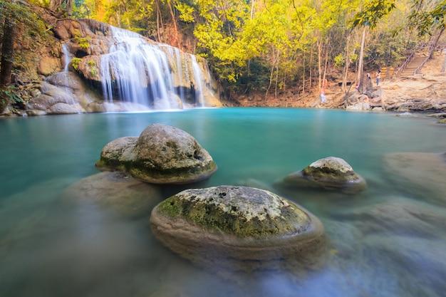 Derde-rotsen in waterval bij erawan-waterval nationaal park kanchanaburi thailand
