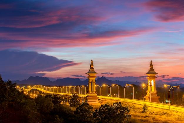 Derde thai - laos vriendschapsbrug in zonsondergangtijd, nakhon phanom, thailand.
