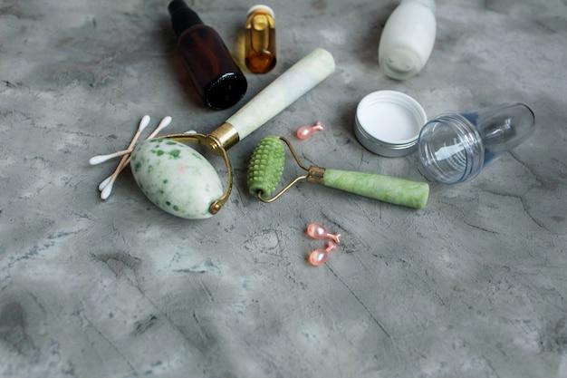 Dermaroller en serum naast een anti-aging gezichtscrème schoonheidsindustrie close-up dermaroller voor medische micro naaldbehandeling derma roller mesoroller voor mesotherapie kopieer ruimte selectieve aandacht