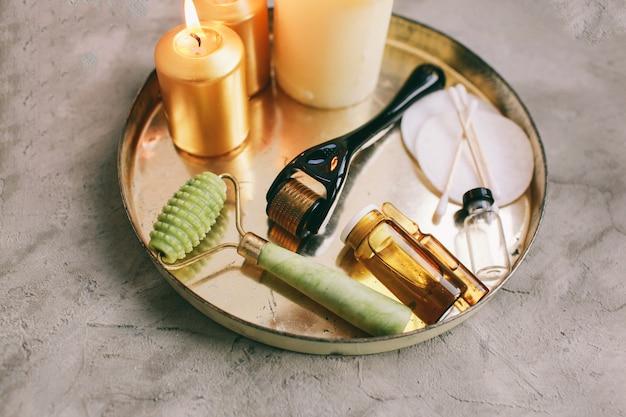 Dermaroller en serum naast een anti-aging gezichtscrème schoonheidsindustrie close-up