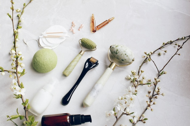Dermaroller en serum naast een anti-aging gezichtscrème