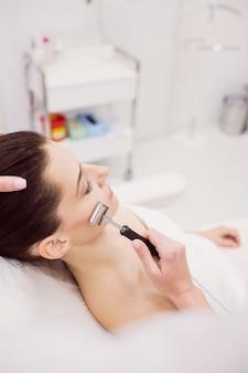 Dermatoloog die laserhaarverwijdering bij patiënt uitvoert