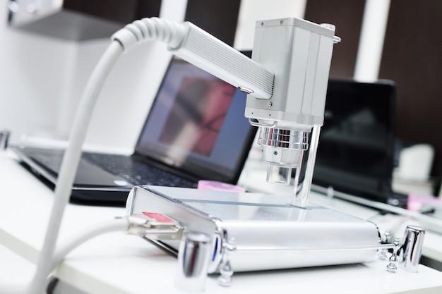 Dermatoscopie - onderzoek van neoplasmata op de huid met behulp van een dermatoscoop.